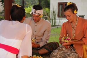バリ人が日常的に作っているシンプルなお供え「チャナン」作りを体験
