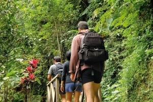ホテルから1㎞ほど離れた村まで散策。バリの田舎生活に触れましょう